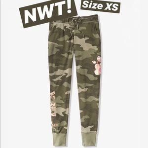 💚VS Pink Floral Camo Bling Joggers